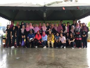 UNIMAS students, Dr Khatijah and teachers of SK Batu Lintang.jpg
